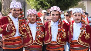 Kansallispukuisia miehiä Turkin Alanyassa.