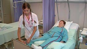 Potilasta valmistellaan leikkaukseen