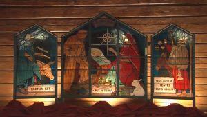 Veli-Matti Varjon valmistama lasitaideteos Salvator Mundi - Maailman Vapahtaja hohtaa nyt Lähteentien pirtillä.
