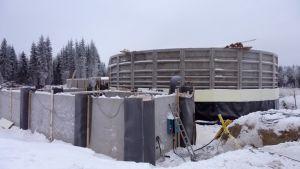 Rakenteilla oleva biokaasulaitos.