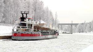 Rahtialus Remsborg odottelee jäänmurtajaa Mälkiän sulun yläpuolella.