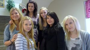 Kuvassa Ylhäällä Marianne Pajunpää, Hilla-Rina Palokari ja Karoliina Hautala. Eturivissä Elina Kaasinen, Jonna Koivisto ja Sofia Huhtala ryhmittyneinä koulun portaisiin.