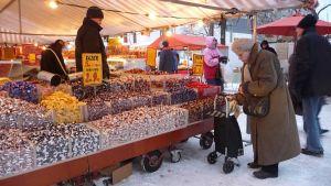 Tuomaanmarkkinoilta löytyy kilokaupalla karkkia.
