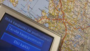 Navigaattori kartan päällä.