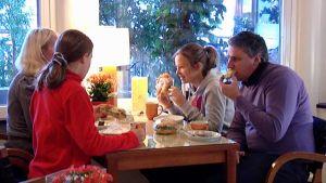 Venäläinen perhe aterioi Imatran kylpylässä.