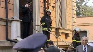 Italian poliisi ja pelastusmiehiä Rooman suurlähetystön pihalla.
