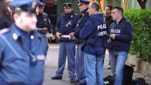 Poliiseja Chilen lähetystön ulkopuolella 23. joulukuuta.