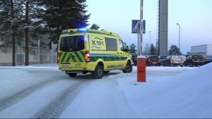Ambulanssi lähtee suorittamaan tehtävää.