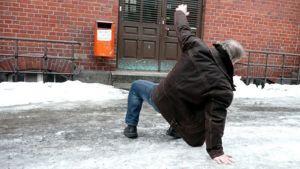 Mies meinaa kaatua kadulla.