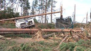 Myrskytuhoja Hietasaaren leirintäalueella Uuraisilla.