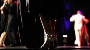 Parit tanssivat tangoa - lähikuvassa korkokengät.