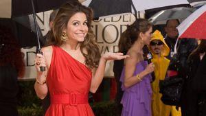 Näyttelijätär Maria Menounos upeassa punaisessa mekossaan.