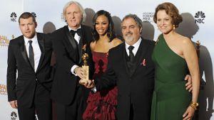 Sam Worthington, ohjaaja James Cameron, Zoe Saldana, tuottaja Jon Landau ja Sigourney Weaver poseeraavat Golden Globe -pystin kanssa.
