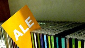 CD-levyjä alehyllyssä.