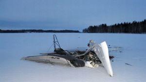 Ultrakevyt pienkone löytyi palaneena Pyhäselän jäältä.