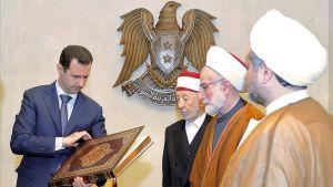 Syyrian presidentti Bashar al-Assad katseli Koraania maan pääkaupungissa järjestetyssä kokouksessa 11. huhtikuuta.