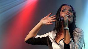 Tarja Turunen esiintyy lavalla Budapestissä Unkarissa vuoden 2009 kesäkuussa.