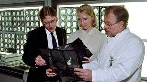 Vasemmalla Seppo Ylä-Herttuala, keskellä LT Anu Sandmair ja oikealla emeritusprofessori Matti Vapalahti tutkivat geenisiirron tuloksia.
