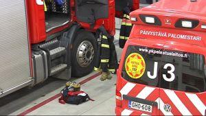 Paloautoja lähtövalmiudessa Joensuun paloasemalla.