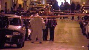 Poliisin eristämä katu Ateenassa, jossa poliisia ammuttiin.