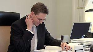 Valtiovarainministeri Jyrki Katainen työpöytänsä ääressä