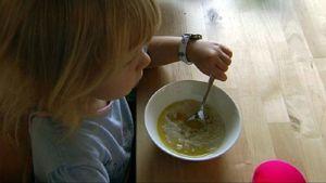 lapsi ruokailee