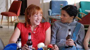 Amira Khalifa ja Annika Ernst Idana ja Anitana juovat olutta pullosta. Anitaa naurattaa, Ida kummastelee.