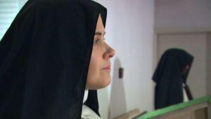 nunna lähikuvassa, dokumenttielokuvasta Yksin Jumala