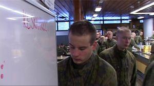Varusmies pesee käsiään Pohjois-Karjalan Prikaatin ruokalassa.