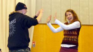 Lukion opiskelijat harjoittelevat näytelmää.