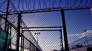 """Piikkilangoin vahvistettu aitaa Guantanamon """"Camp Six"""" -osassa"""