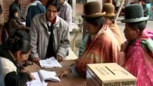Bolivialaisia intiaaneja äänestämässä