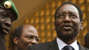 Dioncounda Traoren vieressä seisoskelee kapteeni Amadou Sanogo.