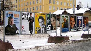 Presidentinvaalit 2006. Presidenttiehdokkaiden kuvat mainostelineissä Pyynikintorilla.