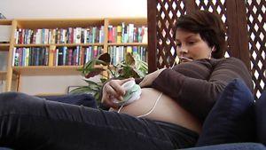 Nainen kuuntelee vauvan sydänääniä kotidopplerilla.