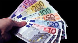 Euroseteleitä kädessä