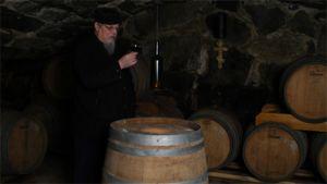 Munkki Andreas Valamon luostarin viinikellarissa