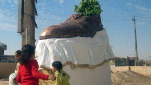 Suurta kenkää esittävä patsas