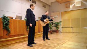 Kuvassa apurahajuhlassa esiintunyt Duo Timo Myllykangas ja Sami Luoma. Myllykangas on vasemmalla, kitaralla säestävä Luoma oikealla