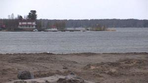 Kuvassa asuntomessualueen rantaa syksyllä. Taustalla näkyy Elban vanha huvila