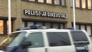 Poliisiauto ajaa Joensuun poliisi- ja oikeustalon ohi.
