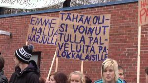 Palokan lukiolaiset osoittivat viime lokakuussa mieltään Harjulle muuttoa vastaan.