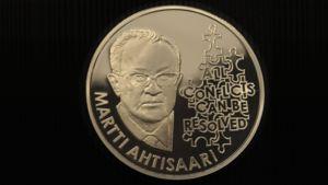 Rahapajan julkistama Nobel-muistomitali Martti Ahtisaaren Nobelin rauhanpalkinnon kunniaksi.