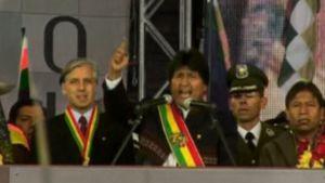 Bolivian presidentti Evo Morales juhlii kannattajineen uutta perustuslakia