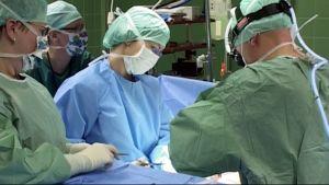 Leikkaus käynnissä leikkaussalissa Kuopion yliopistollisessa sairaalassa.