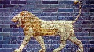 Siniseen tiilimuuriin maalattu kävelevä leijona
