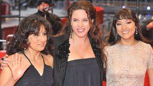Näyttelijät Magaly Solier ja Pilar Guerrero sekä ohjaaja Claudia Llosa poseeraavat Berliinin filmijuhlien punaisella matolla