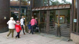 Ihmisiä menossa sisälle Metson kirjastoon Tampereella.