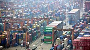 Kiinalainen satama täynnä kontteja.