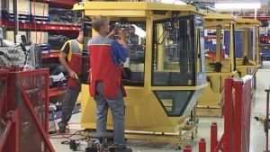 Työntekijä kasaa työkoneen ohjaamoa Ruukin Kurikan tehtaalla.